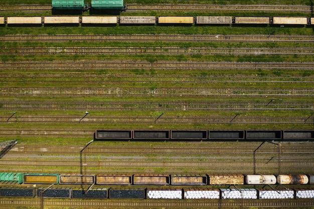 Zdjęcia lotnicze torów kolejowych i samochodów.
