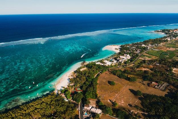 Zdjęcia lotnicze wschodniego wybrzeża wyspy mauritius.