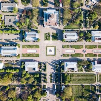 Zdjęcia lotnicze z drona centralnego symetrycznego placu narodowego centrum wystawienniczego