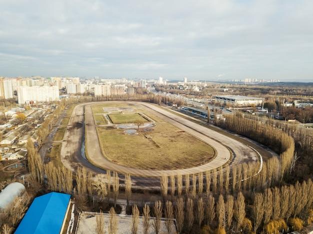 Zdjęcia lotnicze z drona do infrastruktury toru wyścigowego w kijowie na ukrainie, ujęcie wczesną wiosną przy pochmurnej pogodzie.