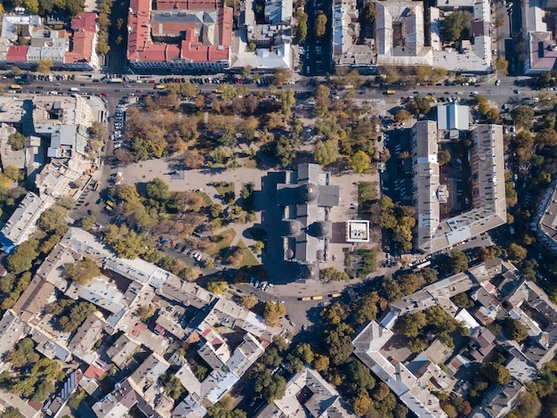 Zdjęcia lotnicze z drona na ulicy, katedra spaso-preobrazhensky, dachy domów i drogi z samochodami w słoneczny dzień. ukraina, odessa