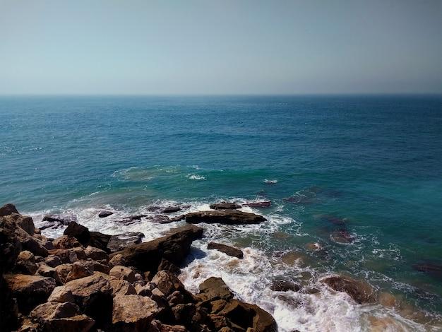 Zdjęcia lotnicze z kamienistej plaży w kadyksie w hiszpanii.