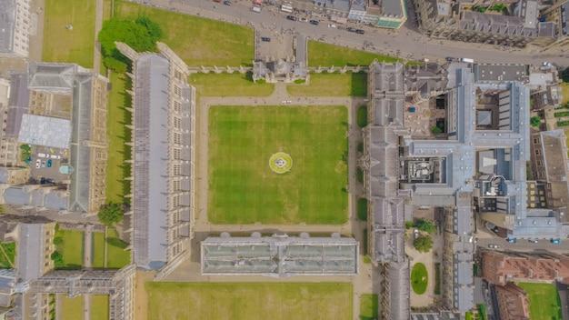 Zdjęcia lotnicze z kampusu king's college uniwersytetu cambridge w cambridge, wielka brytania