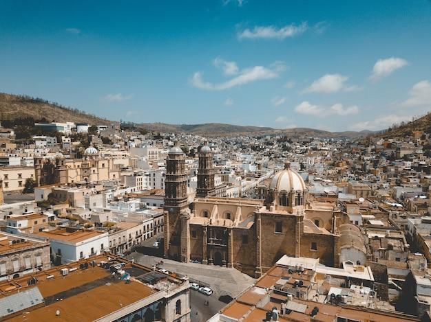 Zdjęcia lotnicze z katedry w zacatecas w meksyku pod błękitne niebo w ciągu dnia