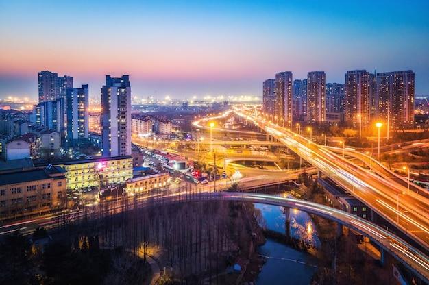 Zdjęcia lotnicze z nocnego widoku wiaduktu miasta qingdao
