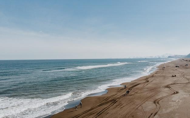 Zdjęcia lotnicze z piękną linią brzegową i piaszczystą plażą i niesamowitym niebem