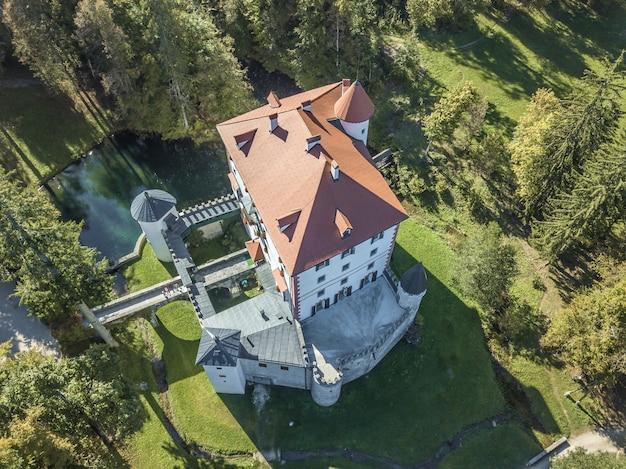 Zdjęcia lotnicze z pięknego białego zamku grad snežnik w słowenii