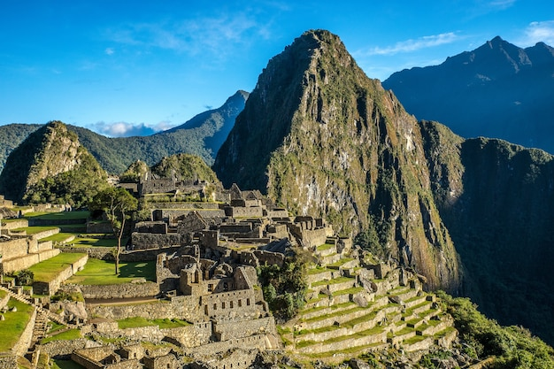 Zdjęcia lotnicze z pięknej miejscowości w pobliżu góry w machu picchu w peru