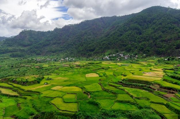 Zdjęcia lotnicze z pięknym zielonym krajobrazem z wysokimi górami w sagada na filipinach
