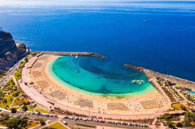 Zdjęcia lotnicze z plaży amadores puerto w hiszpanii