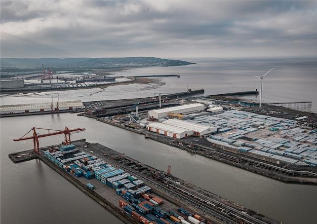 Zdjęcia lotnicze z przemysłowego portu morskiego pod zachmurzonym niebem