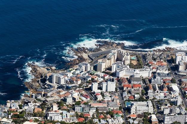 Zdjęcia lotnicze z ruchliwego miasta na brzegu oceanu