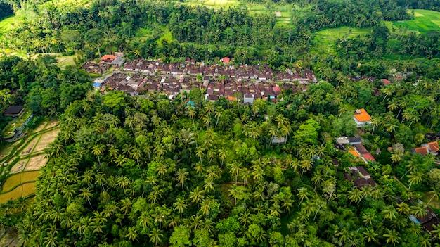 Zdjęcia lotnicze z tegallalang green land village. targ z pamiątkami przy drodze w pobliżu tegallalang.