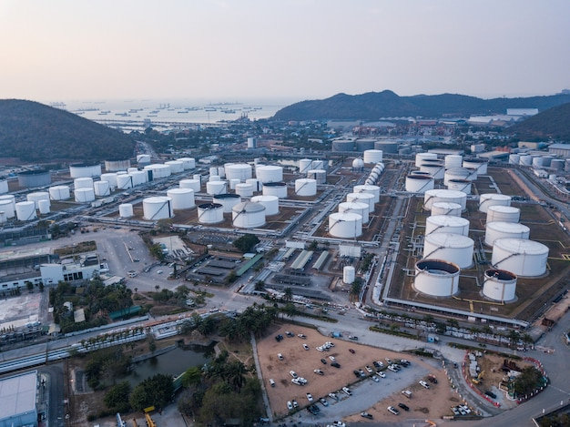 Zdjęcia lotnicze zakładów rafinerii ropy naftowej, zbiornik gazu, zbiornik oleju, zbiornik chemiczny, koncepcja biznesowa inwestycji w przemysł rafineryjny.