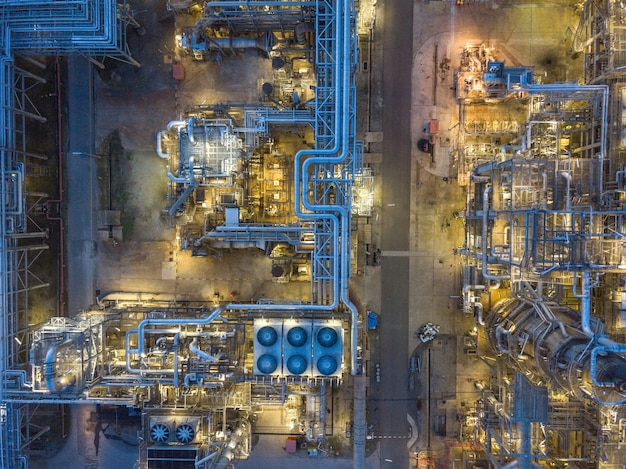 Zdjęcia lotnicze zakładów rafinerii ropy naftowej, zbiornika gazu, zbiornika oleju.