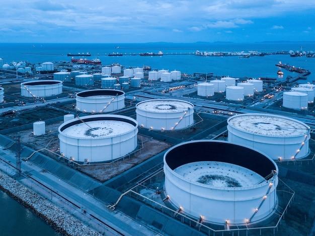 Zdjęcia lotnicze zakładów rafinerii ropy naftowej