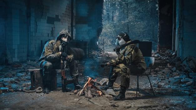 Zdjęcia ludzi w mundurach z bronią