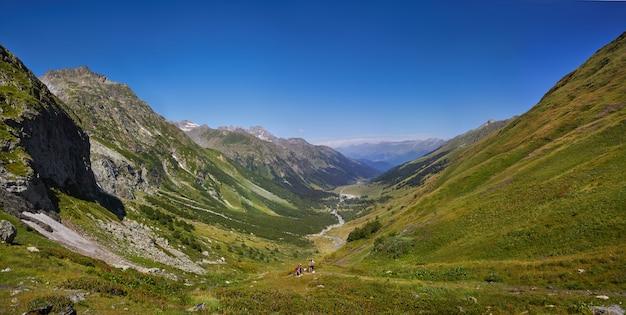 Zdjęcia panoramiczne wiosna dolina kaukazu arkhyz, rosja.