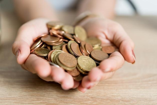 Zdjęcia rąk i pieniędzy biznesmenów na biurku. zapisywanie pomysłów za pomocą przestrzeni kopii.