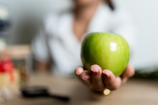 Zdjęcia ręczne i zielone jabłka kreatywne pomysły z miejsca na kopię