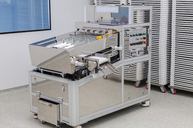 Zdjęcia sterylne miejsce produkcji z maszyną do produkcji tabletów i sortowania