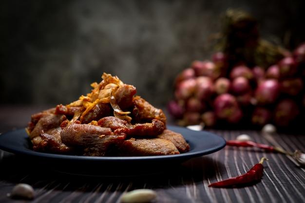 Zdjęcia wieprzowiny smażonej z czosnkiem w słabym świetle
