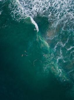 Zdjęcia z lotu ptaka morskich fal w słońcu - idealne do tapet