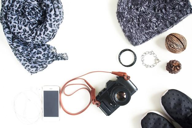 Zdjęcia z płaskim kręconym aparatem fotograficznym, telefonem komórkowym, akcesoriami modnymi, niezbędnymi rzeczami dla kobiet, widokiem z góry, widok z góry