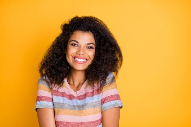 Zdjęcie afro-amerykańskiej dziewczyny toothy uśmiechając się do kamery