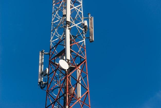 Zdjęcie anteny 5g na błękitnym, czystym niebie