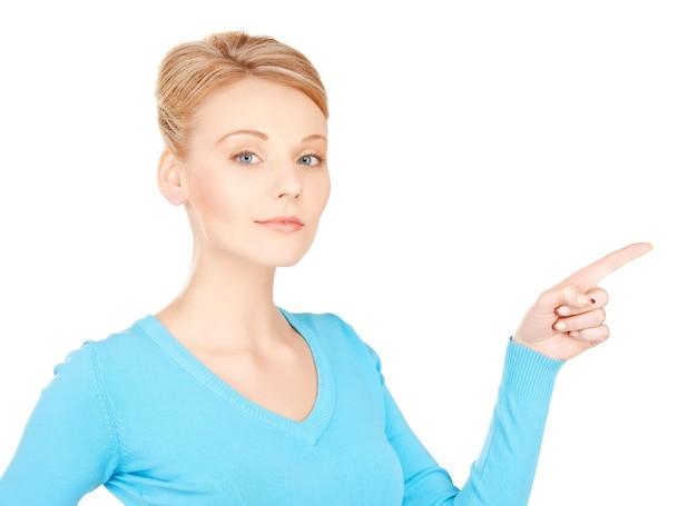 Zdjęcie atrakcyjnej bizneswoman wskazującej palcem
