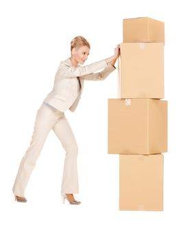 Zdjęcie atrakcyjnej bizneswoman z dużymi pudełkami