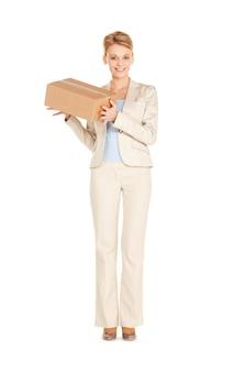 Zdjęcie atrakcyjnej bizneswoman z kartonowym pudełkiem