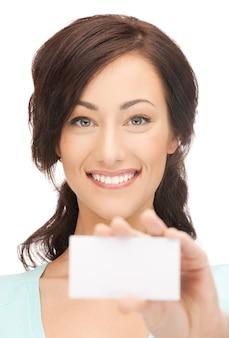 Zdjęcie atrakcyjnej bizneswoman z wizytówką