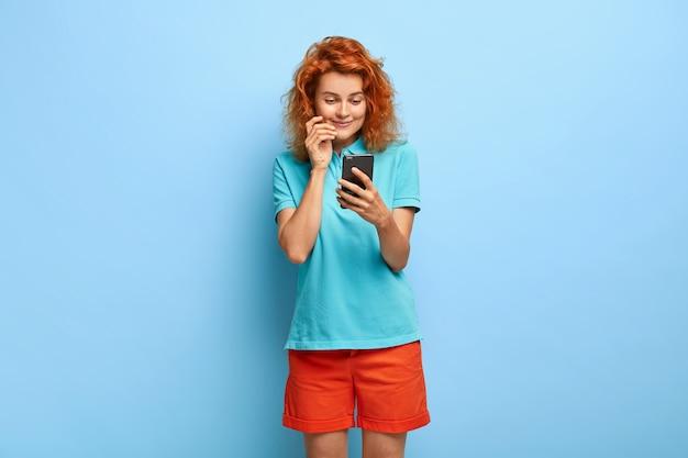 Zdjęcie atrakcyjnej dziewczyny tysiącletniej z rudymi włosami