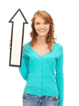 Zdjęcie atrakcyjnej nastolatki ze znakiem strzałki kierunku