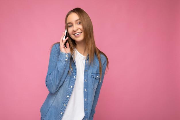 Zdjęcie atrakcyjnej seksownej pozytywnej młodej blondynki na sobie dorywczo niebieską koszulę dżinsową