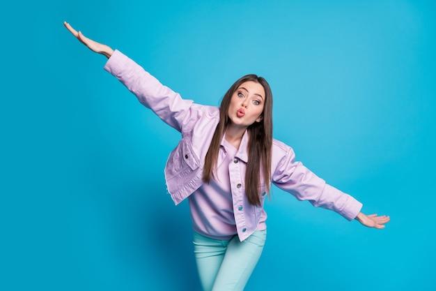 Zdjęcie atrakcyjnej śmiesznej pani podnosi ręce studenci impreza dobry nastrój radując się