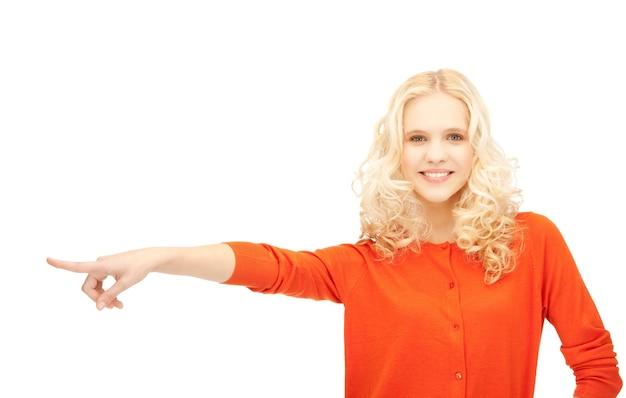 Zdjęcie atrakcyjnej studentki wskazującej palcem