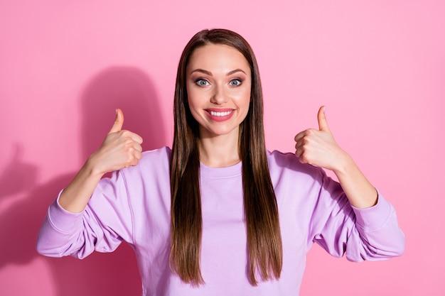Zdjęcie atrakcyjnej wesołej funky damy podnieść ręce ręce kciuk palce w górę dobry nastrój wyrażając zgodę dobry nastrój nosić dorywczo fioletowy sweter na białym tle różowy pastelowy kolor tła