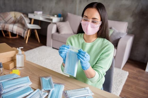 Zdjęcie azjatyckiej damy praca rodzinna firma organizowanie zamówień maska medyczna na grypę na twarz wyślij wszystkie kraje przygotuj paczki dostawa sprawdź pakiet bezpieczeństwo antywirusowe pozostań w domu kwarantanna w pomieszczeniu