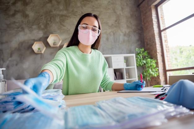 Zdjęcie azjatyckiej damy pracuje rodzinny biznes organizuje zamówienia na twarz zimne maski medyczne na twarz wysyłaj wszystkie kraje przygotowując paczki do dostarczenia pakietu bezpieczeństwa pozostań w domu kwarantanna w domu