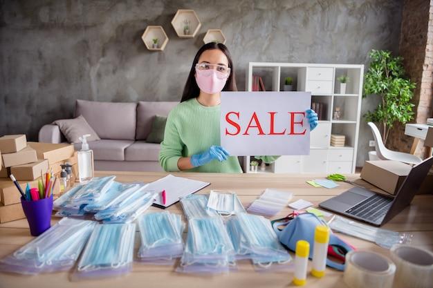 Zdjęcie azjatyckiej pani biznesu zrób zdjęcie internet blog miejsce pracy trzymaj ręce rękawiczki sprzedaż propozycja afisz zamówienia twarz grypa zimne maski paczki do dostarczania domowego biura kwarantanna w pomieszczeniu