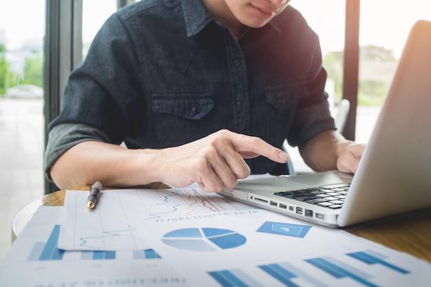 Zdjęcie biznesmen pracy z ogólnym projektem notebooka. pisanie wiadomości, klawiatury rąk. rozmyte tło.