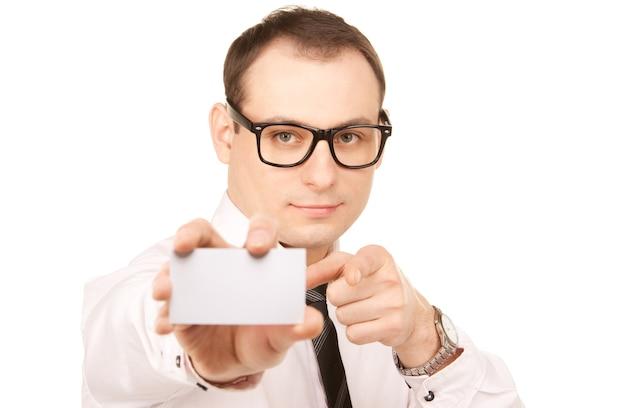 Zdjęcie biznesmena z wizytówką nad białym
