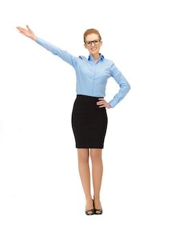 Zdjęcie bizneswoman w okularach wskazujących jej rękę