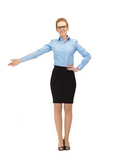 Zdjęcie bizneswoman wskazującej rękę w okularach