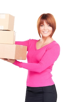 Zdjęcie bizneswoman z paczkami na białym