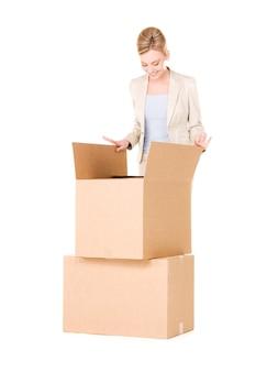 Zdjęcie bizneswoman z pudełkami na białym