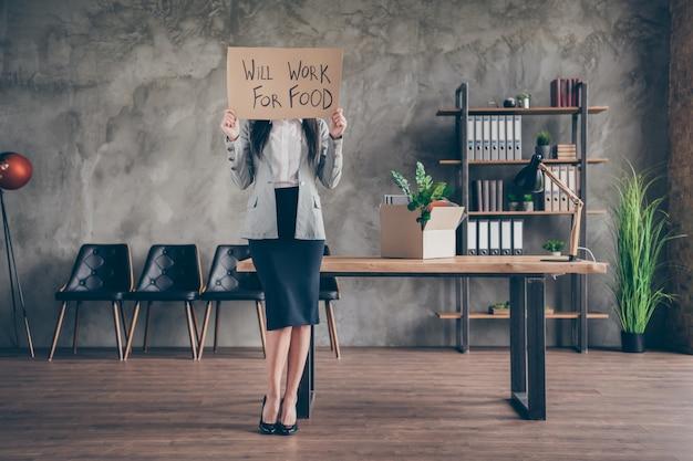 Zdjęcie całego ciała zestresowanej sfrustrowanej dziewczyny agent bankier stracić pracę kowboj kryzys kwarantanny zamknij okładkę twarz tekturowy tekst będzie działać na jedzenie nosić stylowy garnitur szpilki w miejscu pracy